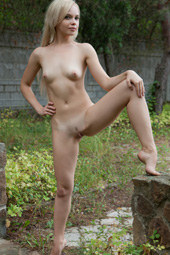 Petite blonde wants to be nude in the park